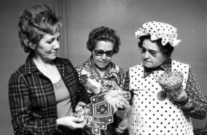 Anna Larsson som visar upp pinnspets för Olga Johansson, som är duktig på dubbelväv, och Hillevi Thomasson. Hillevi Thomasson var kursledare när Alsenringen för bygdekultur bestämde sig för att hålla liv i gamla hantverk och under ordnade former binda nät, karda, spinna, göra grynost, binda kvastar med mera. På en helsida i ÖP i april 1973  fick kvinnorna i Alsen berätta om sina speciella färdigheter i gamla metoder.