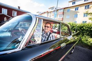Klas Ahlgren i sin bil Dodge Royal Custom grån 1959.– Den är helt i orginalskick. Tog hem den från amerika, säger han.