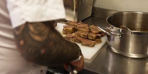 De sex matlagningsteamen delar på en halv fjällko. Kon har sitt ursprung i jämtländska Skålan.