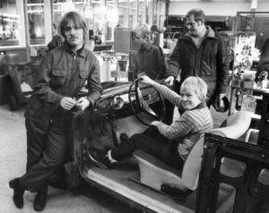 Öppet hus på PC 1982. Alf Nilsson visade upp bilen han arbeta med för Bengt Jönsson, Kenneth Flykt och Henrik Flykt.