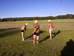 Efter ett tag försökte Anders, Johan och Torbjörn spela lite minigolf.