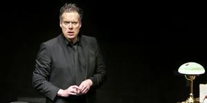 Thorsten Flinck gör Doktor Glas i en enmansföreställning där han själv gestaltar samtliga karaktärer.