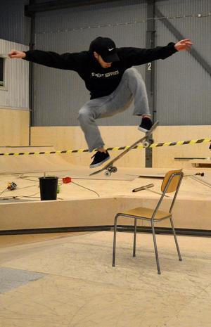William Forsberg har skejtat i nästan halva sitt liv, i 12 år, och kan bland annat hoppa över en stol med brädan.