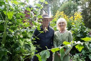 Naturnära trädgårdar är ett signum för Hildasholm – här accepteras både det odlade och det vilda. Ingemar Blomqvist och Marie-Louise Eklöf leder vandringar i det gränslandet.