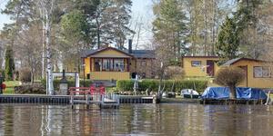 Huset har en egen brygga och en båt ingår i köpet. Foto: Svensk Fastighetsförmedling Köping