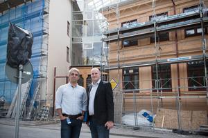 Reza Moossari och Christian Hansson står framför byggandet där kaféet kommer att öppna.