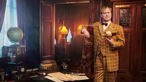 Ture Sventon har tidigare spelats av bland andra Jarl Kulle och Helge Skoog. Nu är det Robert Gustafsson som gör rollen som den semmelätande detektiven. Och han har skapat en ny återkommande fras där Hallstahammar nämns. (Foto: Linus Hallsénius/C More/TV4.)