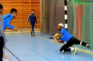 Trots det snabba spelet är målvakten Francis Chukwunalu med på noterna.
