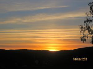 Romantisk solnedgång i augustikvällen.
