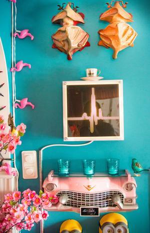 I köket hänger hennes två guldbaggar på väggen.