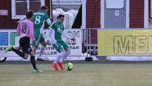 Elias Wennerberg, med bollen i grönt.