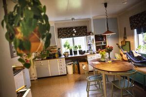 Köket är fullt funktionellt från 1960-talet och inget Rebecca och Joakim tagit sig an att renovera ännu.