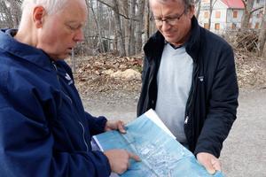 Lennart Gustafsson, till vänster, och Jan Engman har engagerat sig i ombyggnationen av riksväg 51 i flera år. De är inte nöjda med hur vägen är tänkt att utformas och argumenterar nu för att vägprojektet skrotas helt.