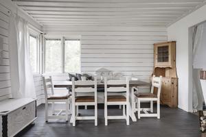 Klassiskt och ljust i den lilla stugan i Rytterne. Foto: Ralph Welin/Skandiamäklarna