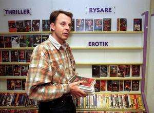 Erotiken bort. Sören Ahlström ägare till videobutiken Videoteket har plockat bort porren från filmhyllorna, detta med hänsyn till barnfamiljerna. 30 december 1997.