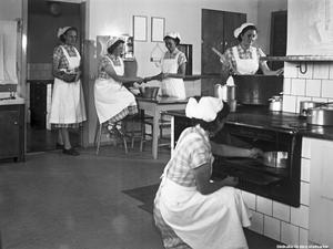 Lanthushållsskolans elever i arbete, 1950. Foto: Eric Sjöqvist/Örebro stadsarkiv