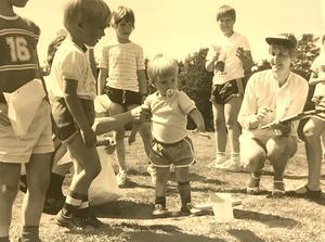 Tvåårige Tomas Westholm var papperssvaletävlingens yngste deltagare 1983. Med nappen rätt i munnen tog han tag och kastade sin svala - men resultatet blev magert. Inget för protokollföraren Anita Teer att notera. Foto: Ulf Axelson/VLT:s arkiv