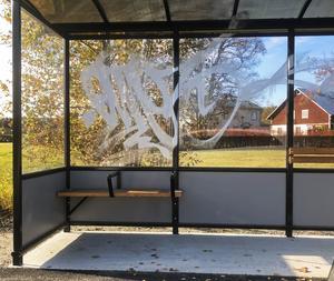 Även busshållplatsen blev nedklottrad. Foto: Anett Jonsson