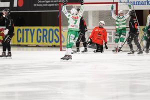 Jacob Bucht och Tobias Holmberg jublar efter ett av VSK:s mål.