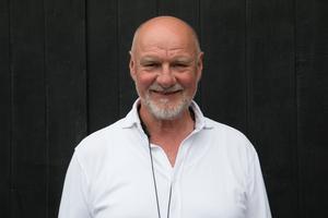 Donald Högberg sjunger och spelar gitarr på Freja i helgen.