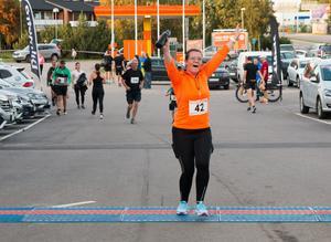 Glada deltagare kom i mål och gjorde segergester. Här ser man Nora Pinterne Molnar.