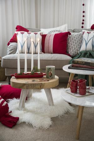Soffan blir julmysig med många kuddar. Rött är nästan ett måste till jul.