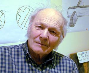 Alvar Trogen, här fotad under en annan utställning för några år sedan, beskriver utställningen om Dalarnas timmerhuskultur som mycket sevärd.