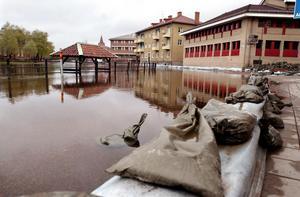 Sommaren 2000 drabbades centrala Falun av stora översvämningar. här har Faluån stigit långt upp på Östra Hamngatan.