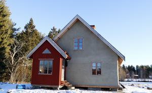 I sommar ska huset målas, och så ska det byggas en liten brokvist på framsidan.