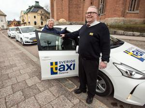 Per Johansson sätter servicen högt och ser till att hans seniorkund Solveig Arons kan ta plats i taxibilen i centrala Falun.