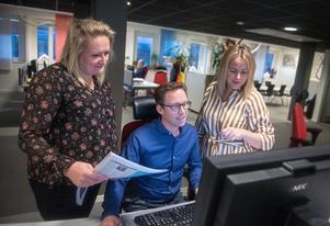 Chefredaktör Sandra Bygdén Shameh, printredaktör Peter Forssell och nyhetschef Linn Grundberg i full färd med att planera nya tidningen Hela Ö-vik.