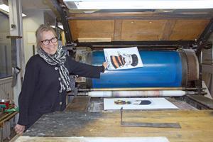 Konstnären Elisabet Linna Persson fascineras av den av den omkring 130 år gamla tryckpressen på Vikmanshyttans stentryckeri. Under helgen kommer den till användning när hon ska göra originallitografier.