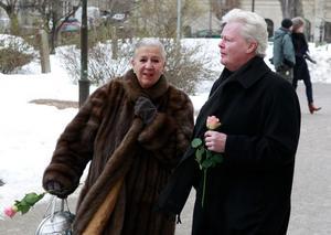 Välkänt par äldre kvinna/yngre man: operasångerskan Kjerstin Dellert och dansaren Nils-Åke Häggbom. Hon var 17 år äldre än honom och de var gifta i 50 år.