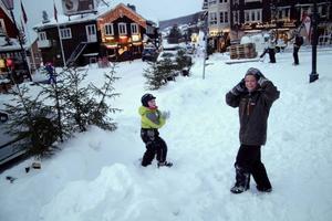 Under första januariveckan är det ryska turister som dominerar i Åre. Kirin och lillebror Mutvaj, som här leker i snön på Åre torg, kommer från Murmansk. Foto: Elisabet Rydell-Janson