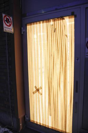 Willys glasdörr i gränden bakom butiken sköts sönder.