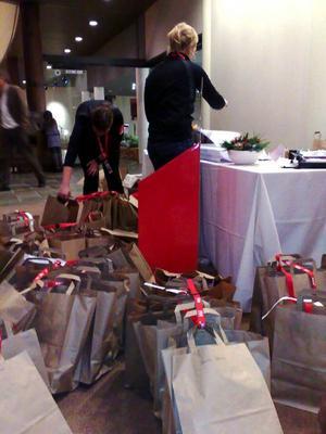 Här i Holiday Club prepareras voluntärernas kassar med ackrediteringar, mössor och information. Det gäller att hålla reda på alla namn.Foto: Elisabet Rydell-Janson