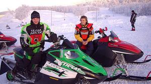 Johan Dahlgren och Emil Dahlsten har ett gemensamt. De satsar stenhårt på snöskotercrossporten. Foto: Leif Eriksson