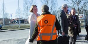 Oppositionsrådet Ulrika Falk (S) pratar med representanter från Lärarförbundet.