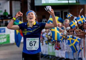2016 vann Tove Alexandersson sina första mästerskapsmedaljer. Här springer hon hem medeldistansen i VM i Tanum. Söndagens sprintguld var hennes sjunde raka seger i en mästerskapsfinal. Foto: Adam Ihse/TT