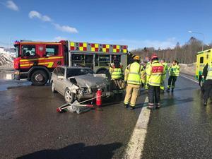 Två bilar kolliderade i korsningen mellan Antennvägen och Ljustavägen.