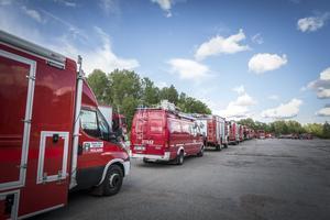 Det fanns mycket räddningspersonal och frivilliga som jobbade med skogsbränderna. Här en rad polska brandbilar som kom till undsättning.