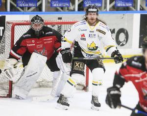 Elias Bjuhr startade sin hockeybana som junior i Modo, och har sedan flackat runt som hockeynomad i både Norge och Tyskland.