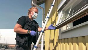 Anna Jinghede i full aktion att säkra spår under tv-inspelningen. Foto: SVT