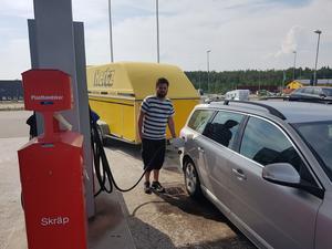 Christian Widelund Johansson från Hudiksvall har redan kör två lass med förnödenheter till proviantlägret i Lassekrog.