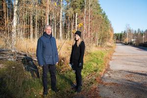 Mikael Bergvall, mark- och exploateringsingenjör, och Jasmina Trokic, planarkitekt, framför området som ska bebyggas med bostäder. Banelundsgatan går till höger om dem.
