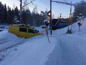 Bilen hade kört fast i snön och kom inte loss.