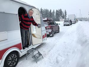 Lennart Ölund hälsade välkommen in i husvagnen.