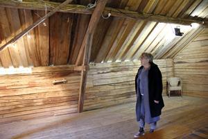 Utställningen i Åsta blir i det rustika magasinet hemma hos Gunnel Carlsson, där det också finns kafé på bottenvåningen.