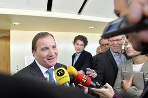 Statsminister Stefan Löfven (S), intervjuas av journalister i riksdagen. Foto: Jessica Gow / TT.