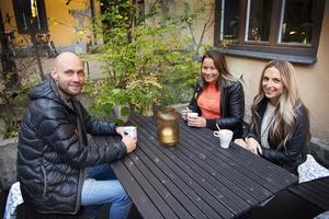 Det milda vädret gjorde det möjligt för Joel Olofsson, Angelica Pettersson och Sanna Nylander att sitta utomhus på Sjögatan 7.